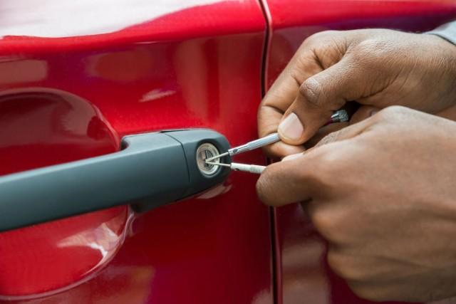 Вскрытие автомобилей — что делать если авто заблокирован